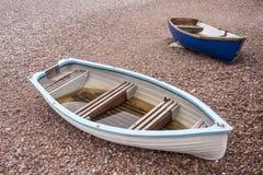 2 kleine Boote auf Pebble Beach Stockfotografie