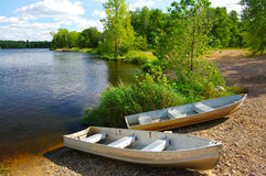 Kleine Boote auf Ufer Stockbild
