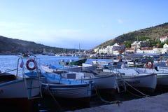 Kleine Boote in der Bucht Stockfotos