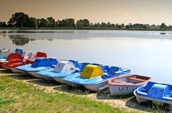 Kleine Boote an der Küste Stockbilder