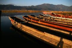 Kleine Boote des Lugu Sees Stockfotos