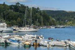 Kleine Boote, die Ufergegend im Acadia-Nationalpark zeichnen Lizenzfreies Stockfoto