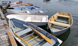 Kleine Boote an einem Dock Stockbilder