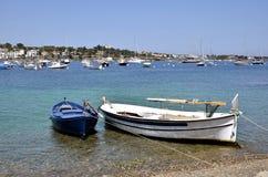 Kleine Boote am Hafen Cadaqués in Spanien Stockfotos