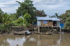 Kleine Boote koppeln an einer Bretterbude auf Stelzen im Dschungel an. Lizenzfreie Stockfotografie
