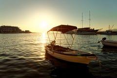 Kleine Boote, Schleppnetzfischer und ein Segelboot fischend festgemacht im Hafen einer Stadt Postira - Kroatien, Insel Brac Stockfoto