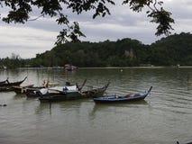 Kleine Boote und der Himmel des ruhigen Sees morgens Stockfotografie