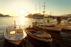 Kleine Boote und ein Segelboot machten im Hafen einer Stadt Postira - Kroatien, Insel Brac fest Stockfoto