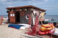 Kleine Bootfahrtstation auf dem baltischen Strand. Stockbild