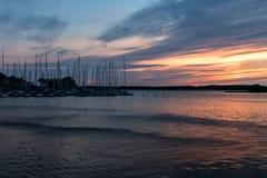 Kleine boothaven met varende boten in roze avondzonlicht Royalty-vrije Stock Foto