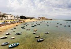 Kleine boten bij het Caleta-Strand van Cadiz bij de zonsopgang Royalty-vrije Stock Afbeelding