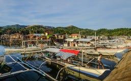 Kleine boten bij pier in Coron-Eiland stock fotografie