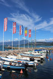 Kleine boten in Cisano-haven, Meer Garda, Italië Stock Foto's