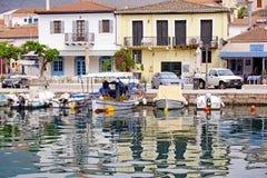 Kleine boten in de Binnenhaven van Galaxidi, Griekenland worden vastgelegd dat royalty-vrije stock fotografie