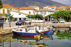 Kleine boten in de Binnenhaven van Galaxidi, Griekenland worden vastgelegd dat royalty-vrije stock foto's
