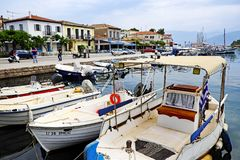 Kleine boten in de Binnenhaven van Galaxidi, Griekenland worden vastgelegd dat stock afbeeldingen