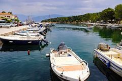 Kleine boten in de Binnenhaven van Galaxidi, Griekenland worden vastgelegd dat stock foto's