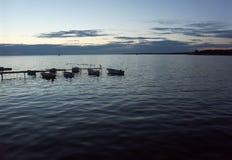 Kleine boten in de haven Stock Afbeeldingen