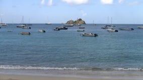 Kleine boten die in een Cara?bische Baai worden verankerd stock videobeelden