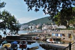 Kleine boten die in een dok in Opatija in Kroatië drijven royalty-vrije stock afbeeldingen