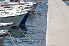 Kleine boten die naar overzees dichtbij de pijler wachten te gaan Stock Foto