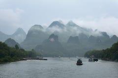Kleine boten en de cruiseschepen op Li-rivier in China Royalty-vrije Stock Foto's