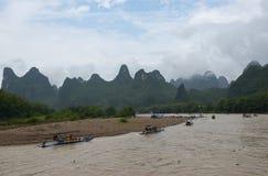Kleine boten en de cruiseschepen op Li-rivier in China Royalty-vrije Stock Foto