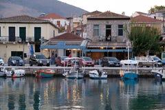 Kleine boten in Galaxidi-Haven bij Schemer, Griekenland stock fotografie