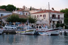 Kleine boten in Galaxidi-Haven bij Schemer, Griekenland stock afbeelding