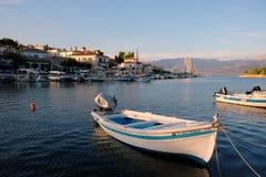 Kleine boten in Galaxidi-Haven bij Schemer, Griekenland stock foto