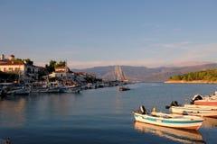 Kleine boten in Galaxidi-Haven bij Schemer, Griekenland stock afbeeldingen