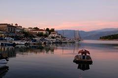 Kleine boten in Galaxidi-Haven bij Schemer, Griekenland royalty-vrije stock afbeeldingen