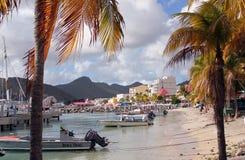 Kleine boten langs een strand Royalty-vrije Stock Afbeelding