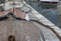 Kleine boten met een visnet in een jachthaven op de kust worden behandeld die royalty-vrije stock foto