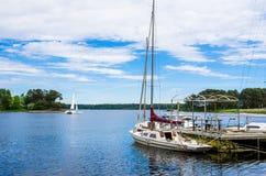 Kleine boten in mooie baai en blauwe hemel Stock Foto's