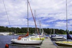 Kleine boten in mooie baai en blauwe hemel Stock Foto