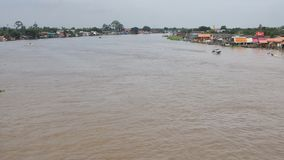 Kleine boten op Chao Phraya River stock footage