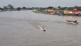 Kleine boten op Chao Phraya River stock videobeelden