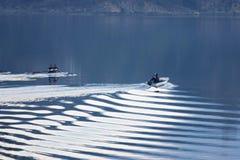 Kleine boten op het kalme water royalty-vrije stock afbeeldingen