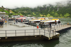 Kleine boten op moorage van kustdorp Stock Fotografie