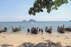 Kleine boten op strand Stock Foto