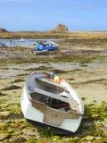Kleine boten op strand at low tide stock fotografie