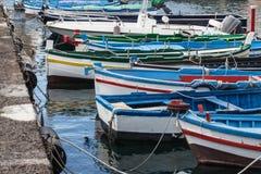 Kleine boten in Sicilië, Italië worden verankerd dat stock foto