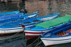 Kleine boten in Sicilië, Italië worden verankerd dat royalty-vrije stock foto's
