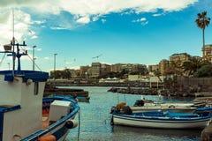 Kleine boten in Sicilië, Italië worden verankerd dat stock afbeelding