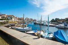 Kleine boten in Stintino-haven stock afbeeldingen