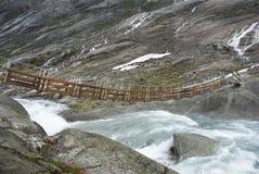 Kleine Brücke über einem Fluss lizenzfreie stockfotos