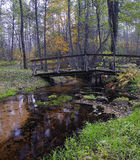 Kleine Brücke über einem Nebenfluss Lizenzfreie Stockfotografie