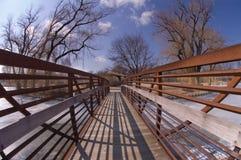 Kleine Brücke über einem Teich Stockbild