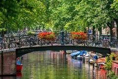 Kleine Brücke über Kanal in Amsterdam stockfotografie